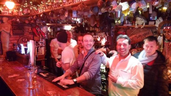 Gilbert du côté du bar qu'il connait le mieux