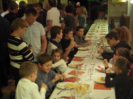Les enfants à table, les grands à l'apéro